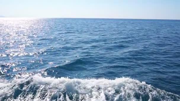 Probuzení z lodi na moři s Blue Ocean vodou. Zpomalený pohyb
