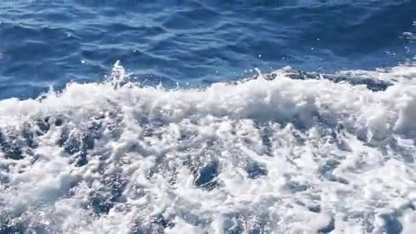 Vlny na zádi lodi, plující po moři. Zpomalený pohyb.