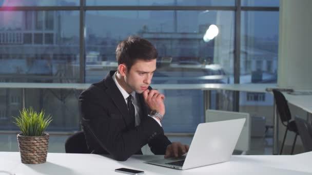 Portrét mladé atraktivní podnikatel pracuje na přenosný počítač v kanceláři