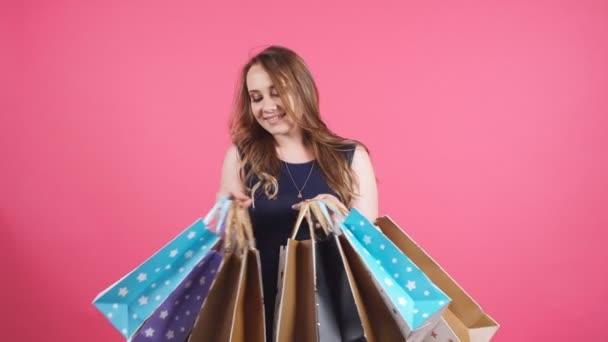 Krásná usměvavá dívka s mnoha nákupní tašky.