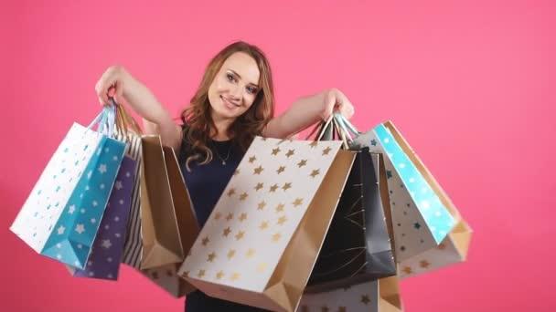portrét šťastná usmívající se žena drží nákupní tašku. ženské modelu izolované studio pozadí.