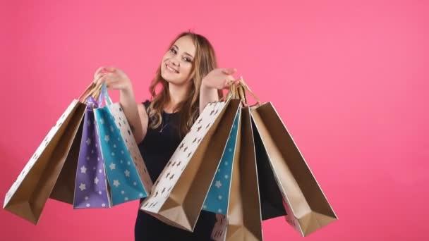 Szép mosolygó lány egy csomó bevásárló táskák.