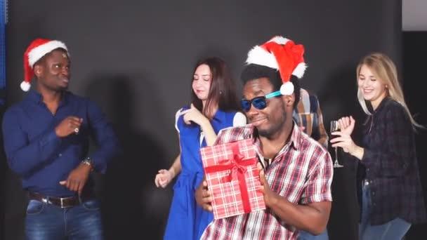 junge multiethnische Freunde tanzen auf Weihnachtsfeier im Studio.
