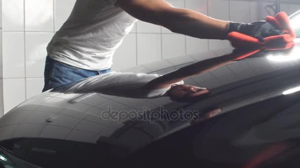 Muž pracovník leštění auto na mytí aut