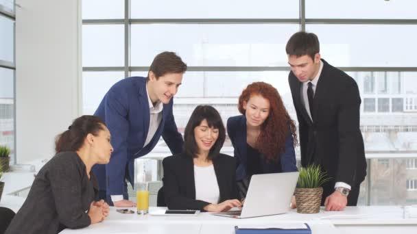 Portré, fiatal üzleti team-munkában. Világos kortárs kreatív kisvállalkozás. Alkalmi fiatalok új kreatív üzleti iroda.
