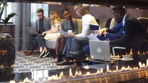 Firemní obchodní tým na schůzce v moderní městské kanceláři