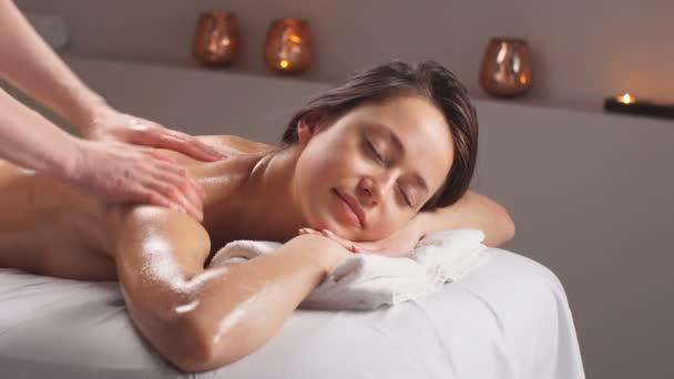 Klient mladá žena s masážní procedury v salonu krásy.