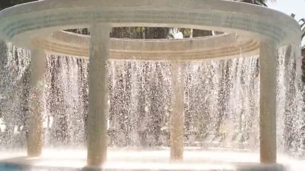 Fließendes Wasser im Außenpool in einem Luxushotel