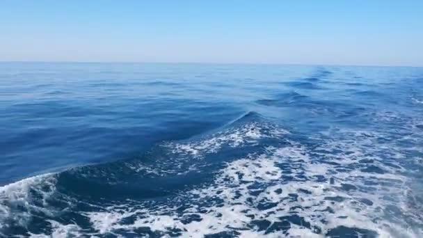 Krásné modré Tichého oceánu loď bow wave probuzení. 4k