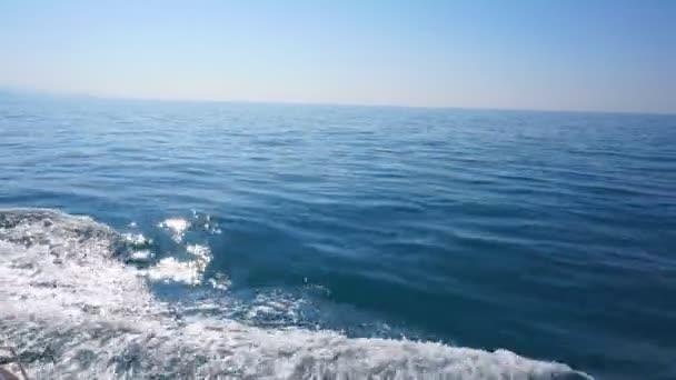 Vlny na zádi lodi, plující po moři. 4k