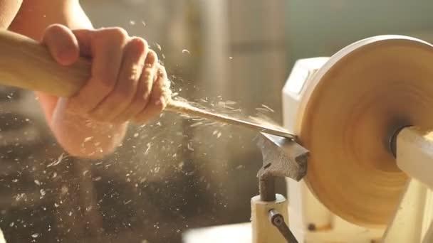Mladý atraktivní bílý muž, pracující na Dřevoobráběcí soustruh stroj v dílně Tesař