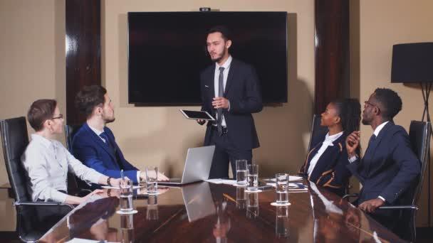 Lifshitz přednášení prezentací kolegům během setkání