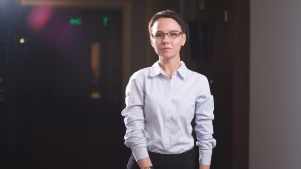 Portrét podnikatelka stojící před okna budovy úřadu.
