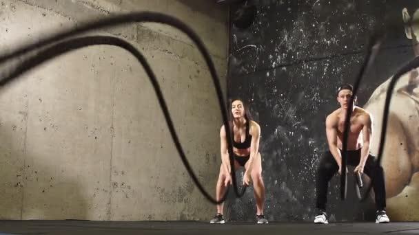 Sportolók csinál kereszt-képzés a kötelet, lassú mozgás.