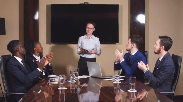 portrét inteligentních obchodních partnerů diskutovat projekt počítače na schůzce