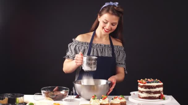 Kvalifikované cukrář přidávání ingrediencí pro přípravu těsta, pečení dortu.