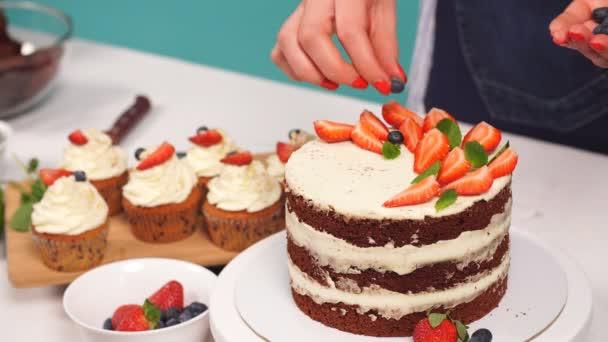 Cukrář žena je zdobení Delicious dort.