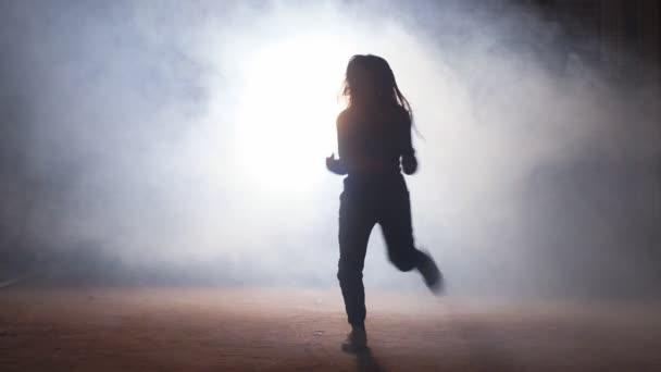 mladý pouliční tanečnice provedení baletu. na tom baletní pohyby. rockový balet.