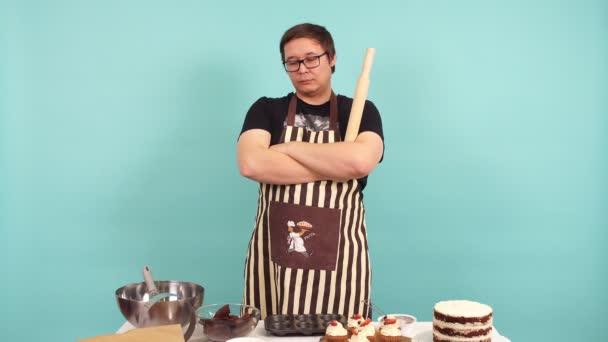 Portrét závažné mužské cukrář s rolling pin v ruce