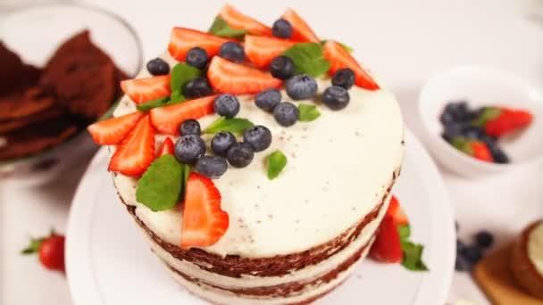 Bogyók és szamóca díszített, gyönyörű modern torta fehér tömés.