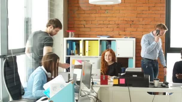 mají dobrý čas mezi různými kolegy v startup obchodní kanceláře.