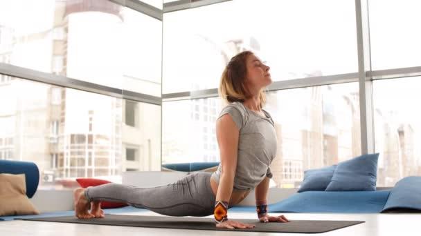 Boční pohled portrét krásné mladé ženy, které děláte jógu nebo pilates cvičení