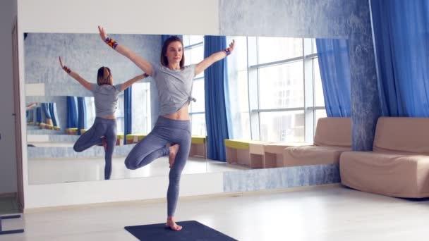 Sportovní mladá žena, která dělá praxe jógy - koncept zdravého života a přirozenou rovnováhu mezi tělem a duševní vývoj.
