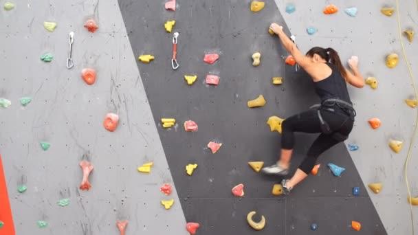 Nők mászni a falon egy szabadtéri hegymászó központ.