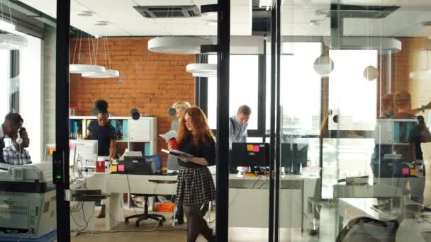 Portrét šťastný mladý obchodního týmu v moderní kanceláři. Práce v interiéru podkroví.