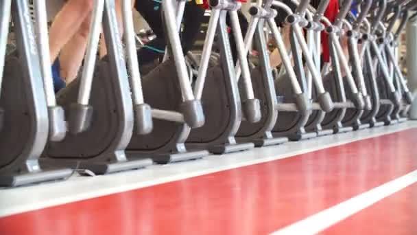 Eine Menge Leute auf Laufbändern Fitnessraum beschäftigen.