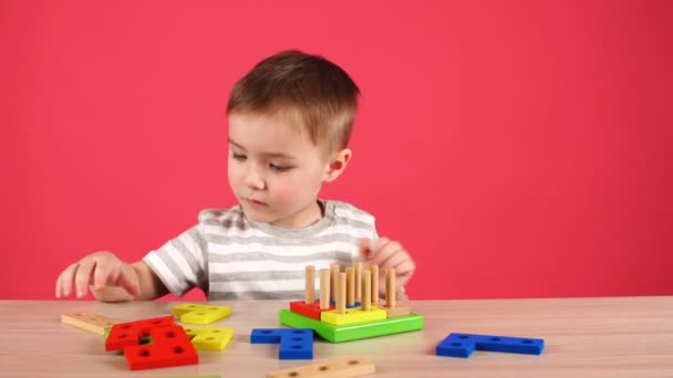 Malý chlapec hraje při vývoji hry, vzdělání a koncepce péče o děti