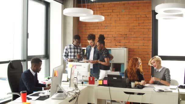 Mladí africké programátor pracuje na osobní computerloft stylu office je plný mladých dobrovolníků, ambiciózní.