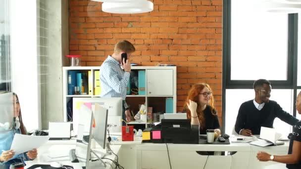 Multikulturní tým aktivních podnikatelů v dobré náladě těší trávit čas.