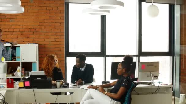 Multy etnické spuštění obchodní tým splnil společně. Rozvíjet obchodní koncepce. Obchodní skupiny.