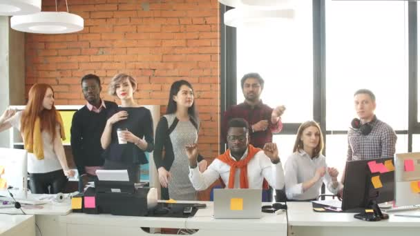 Mladí rozmanité obchodní lidé mají strany na pracovišti.