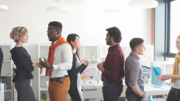 Mluví spolu v malé podskupiny v místnosti s Loft stylu jsou mezinárodní Freelance zaměstnanci
