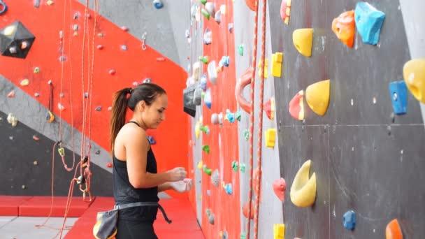 aktív fiatal nő a rock fal sportközpont.