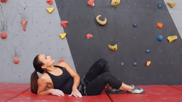 portrét ženy na umělé cvičení lezecké stěny.