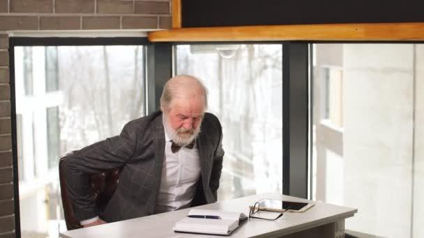 Reife edel Alter Mann in seinem Büro zu Hause arbeiten
