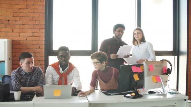multi rasové podnikatelé připravují naše projekt při spuštění.