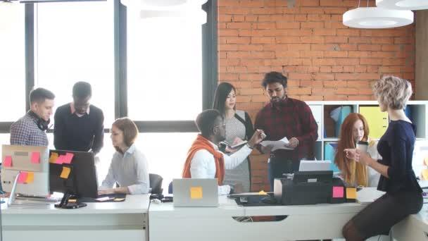 Aktivní pracovníky z různých zemí se díváte na dokumenty.
