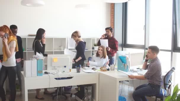 Energetický úřad manažerů spolupracují se skupinou. Jsou mladí lidé vozí na spolupráci s podkroví interiéru a prosklené stěny v místnosti