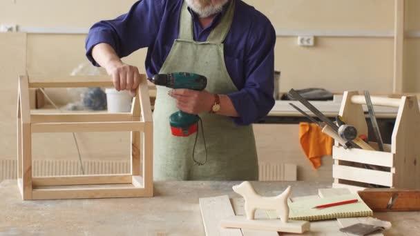 Concepto De Bricolaje Viejo Hombre Está Haciendo Un Dibujo De Casa