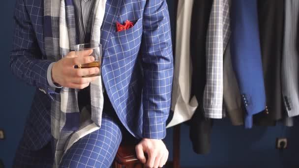 Elegáns férfi divat ruha és kalap: atelier ital pózol