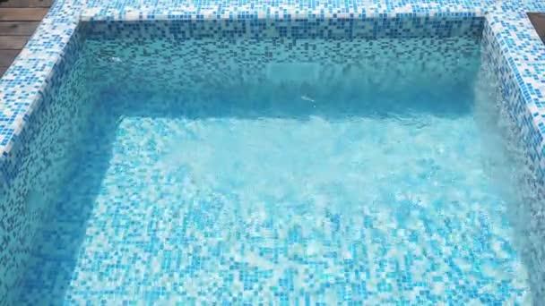 krásný pohled na houpající se světle modré vody v bazénu s oslnivým utvářením veselého a optimistického pozadí