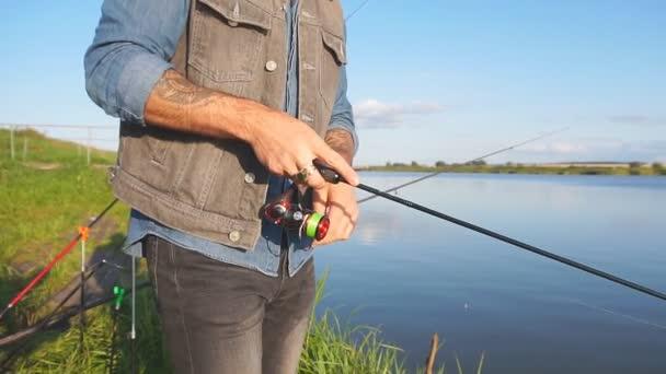 Halászok állnak közel a tó és a halak.