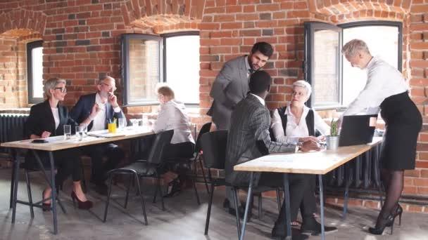 Adulto business team di persone che lavorano nello spazio di coworking. Piccola start-up di architetti che discutono le idee del progetto