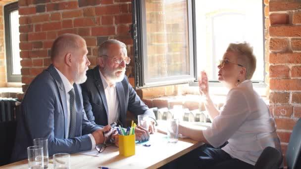 drei alte Geschäftspartner arbeiten gemeinsam an einem neuen Projekt