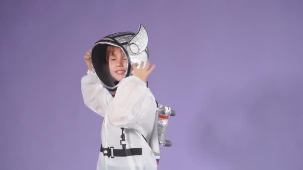 Porträt des süßen kleinen Jungen im Kosmonautenanzug