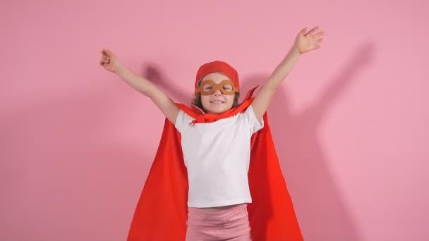 A fiatal lány szuperhős lelép.